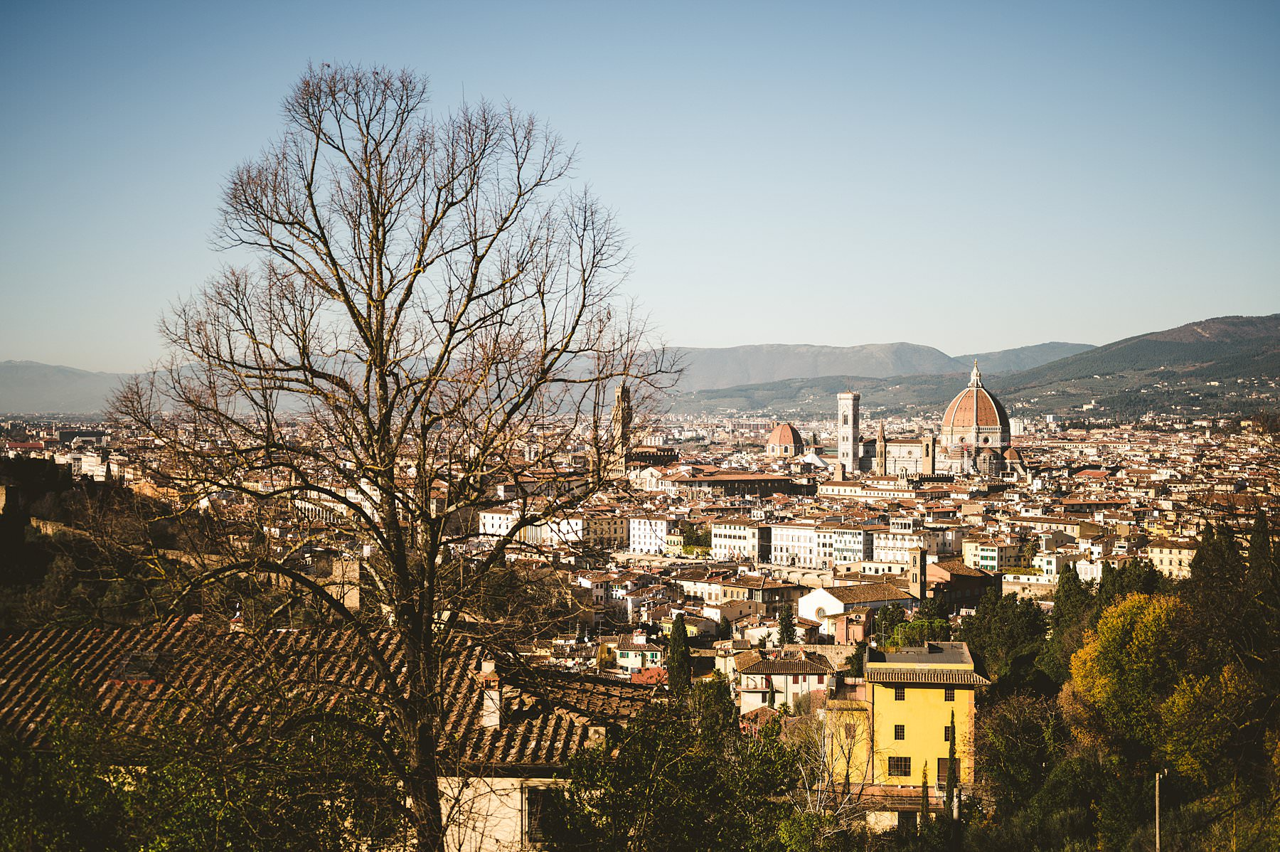 The charm of Florence in winter. Have you ever received a marriage proposal as a Christmas gift? It happened to this couple, that chose to celebrate with romantic engagement photos in Florence!