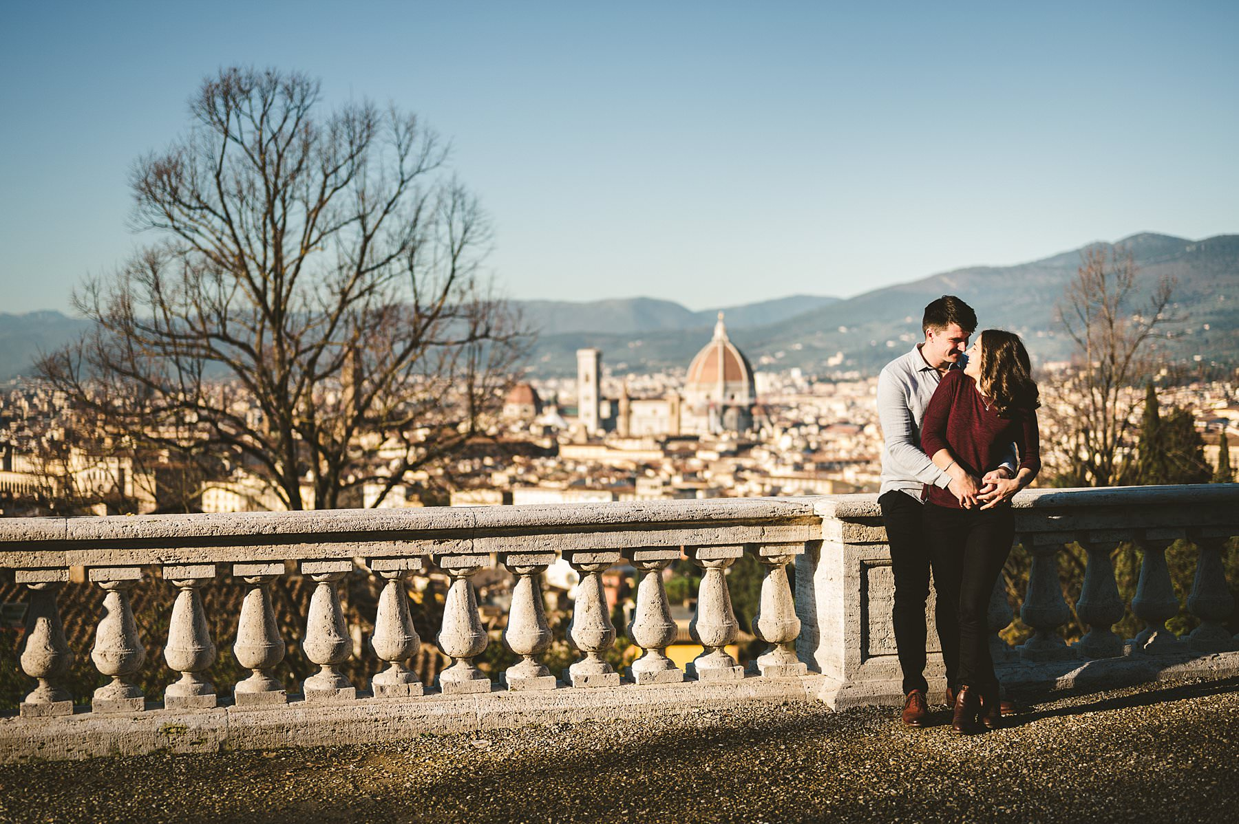 Have you ever received a marriage proposal as a Christmas gift? It happened to this couple, that chose to celebrate with romantic engagement photos in Florence! Lovely couple portrait in the most iconic panoramic spot of Florence