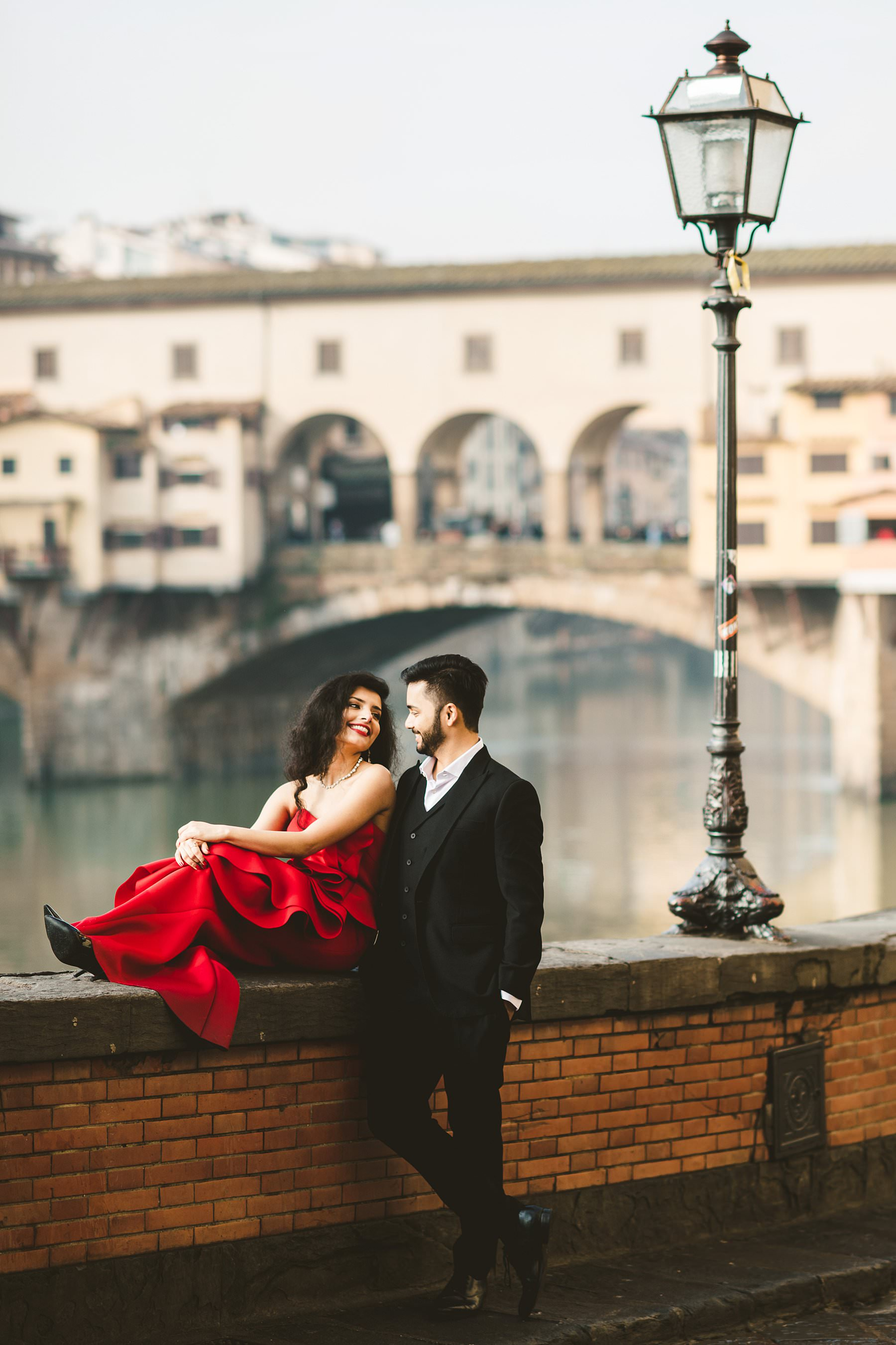 Winter destination engagement in Florence, a representation of love. Some couples prefer to have a traditional wedding in their home country, but they still want to celebrate their love with a creative twist. Why not organize a destination engagement photo shoot, then? Picking a charming location like Florence and an unusual time like winter will make the rest: let the beautiful pictures of Priya and Sid show you how