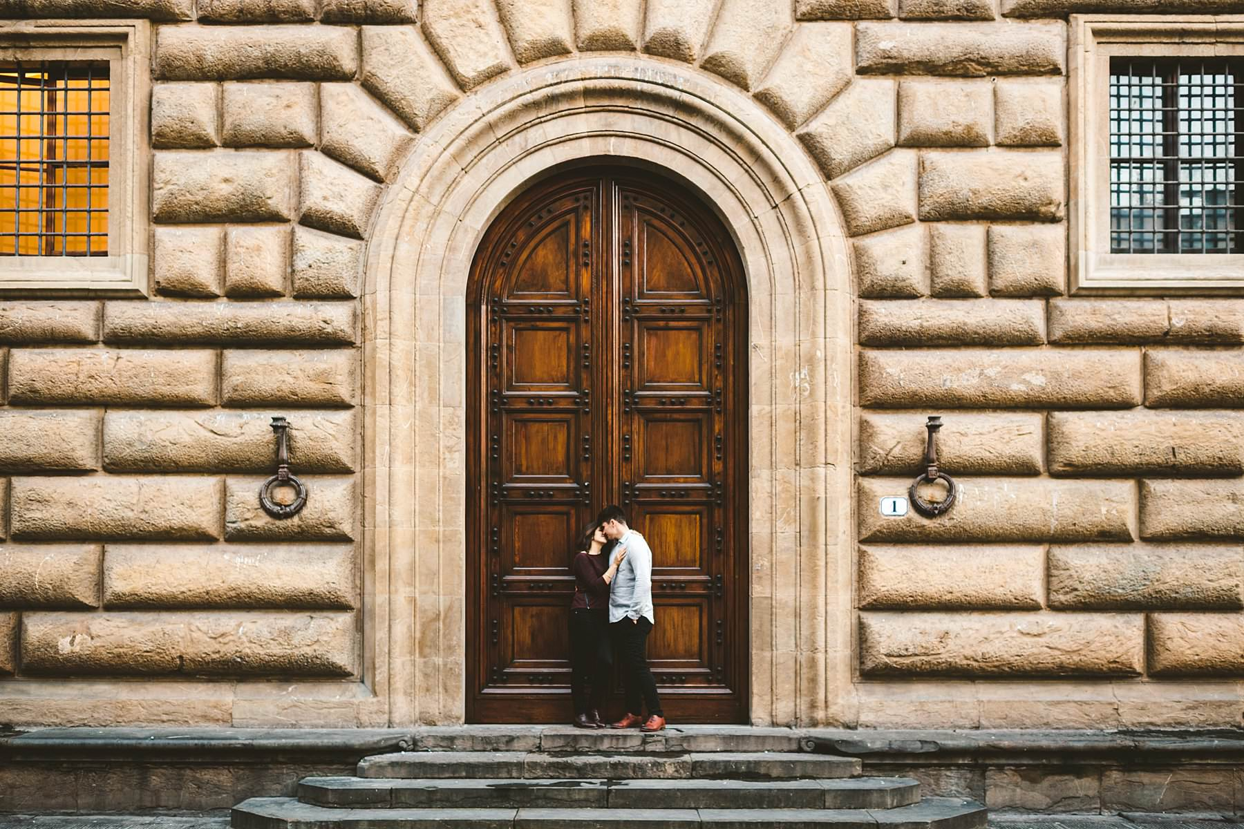 Elegant and beautiful holiday photo shoot in the heart of Florence near Piazza della Signoria one of the most beautiful palace of the city, Palazzo Gondi with their unforgettable and beautiful ancient doors