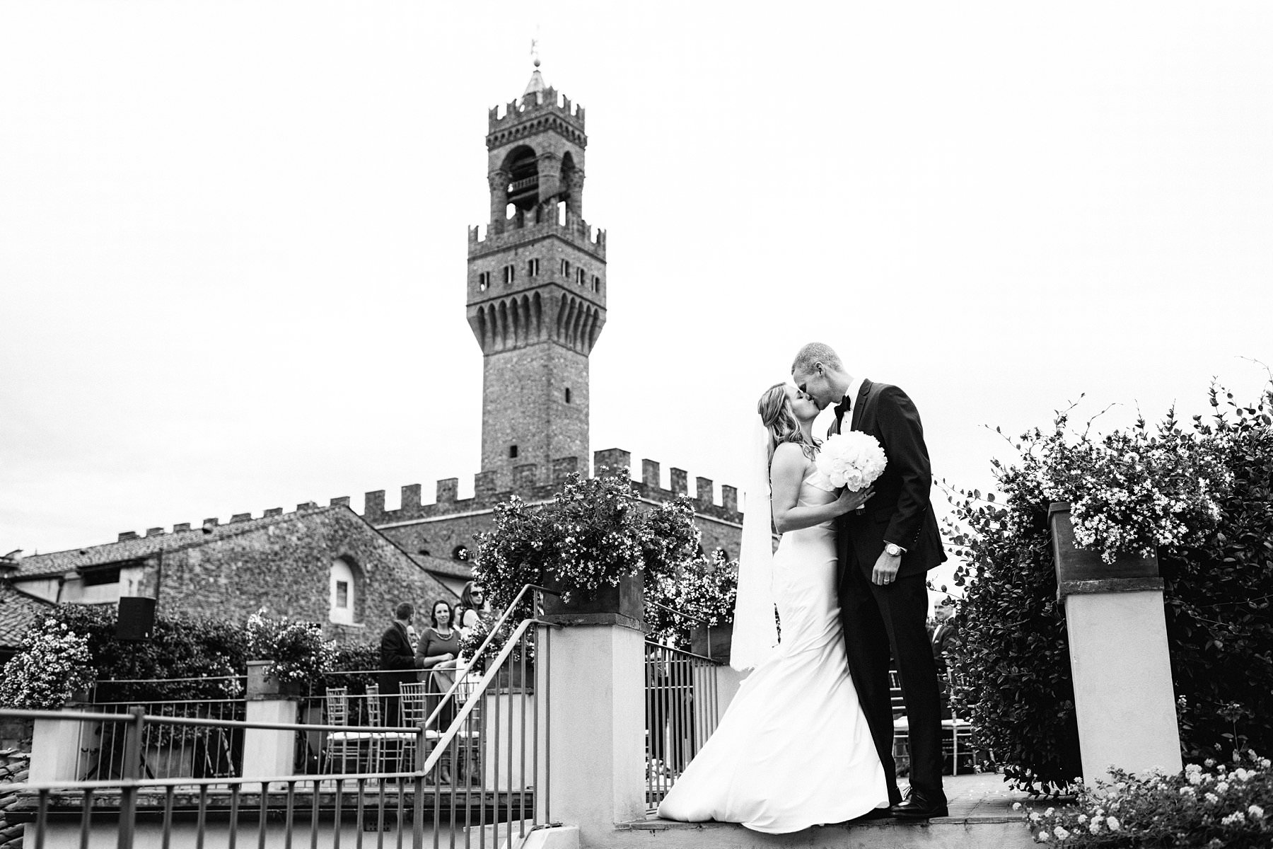 Palazzo Gondi and Grand Hotel Cavour, the best of Florence. This beautiful American couple opted for the most elegant and exclusive venues for their exquisite wedding: Grand Hotel Cavour, where they got ready, and Palazzo Gondi, where the ceremony and reception took place. The latter is especially unique: it's one of the most renowned Renaissance palaces in Florence, and it's open to guests only on special occasions. A real hidden treasure located in the very heart of the historical center, next to Palazzo della Signoria. It's no surprise that the terrace – that hosted the wedding ceremony – offers an incredible view of the Duomo and Palazzo Vecchio