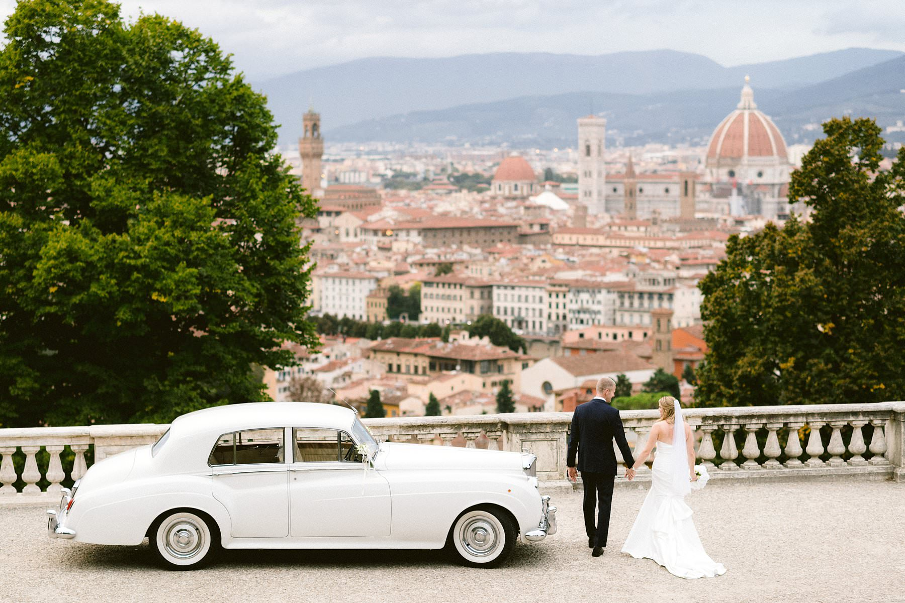 Beth and Evan's exquisite wedding: just like a dream. Portraits of the newlyweds in the most iconic and fascinating spots of the city of Florence, such as the breathtaking San Miniato al Monte and the romantic Ponte Vecchio