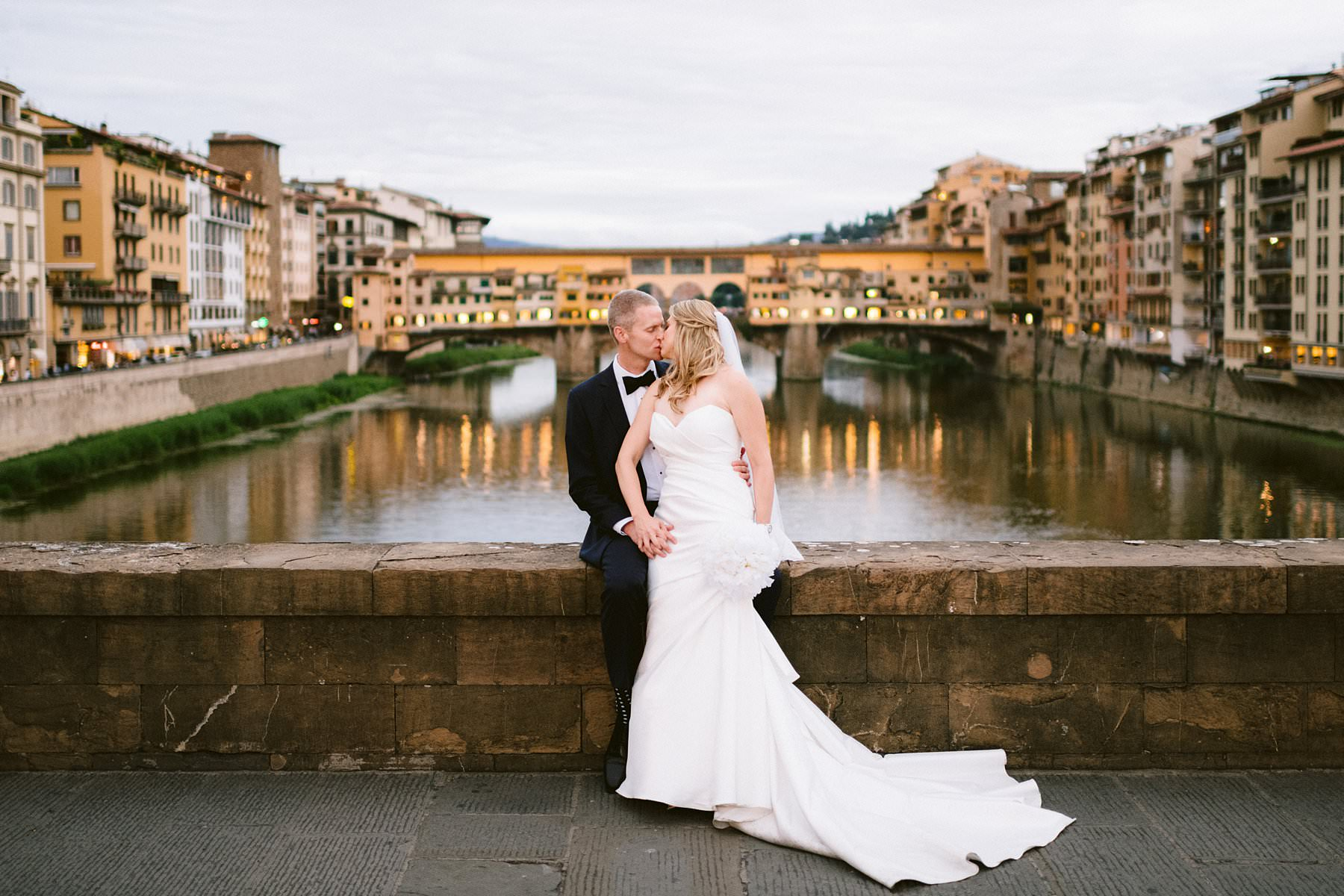 Beth and Evan's exquisite wedding in Florence: just like a dream. Bride and groom portraits in the most iconic and fascinating spots of the city of Florence, such as the breathtaking and romantic Ponte Vecchio
