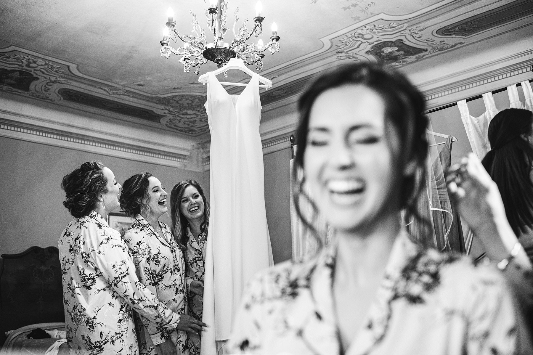 Katrina and John's small wedding in Valdarno. Exciting and fun bride and bridesmaids photo during preparation at Palazzo Vanneschi in Bucine Valdarno