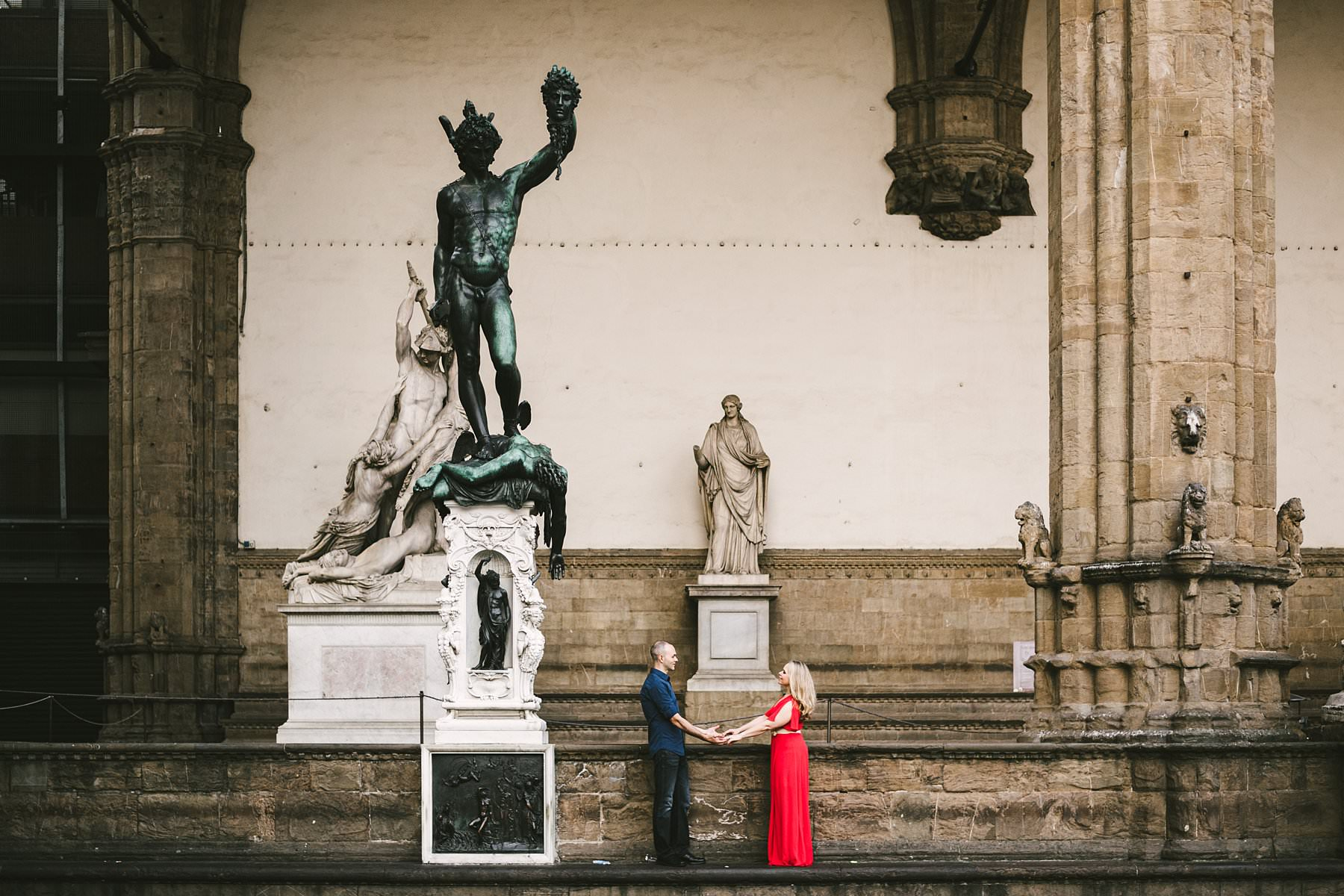 Sunrise photos in the magic of Florence. Sometimes, a picture is worth more than a thousand words: like these anniversary photos taken in Florence at sunrise, a perfect representation of love!