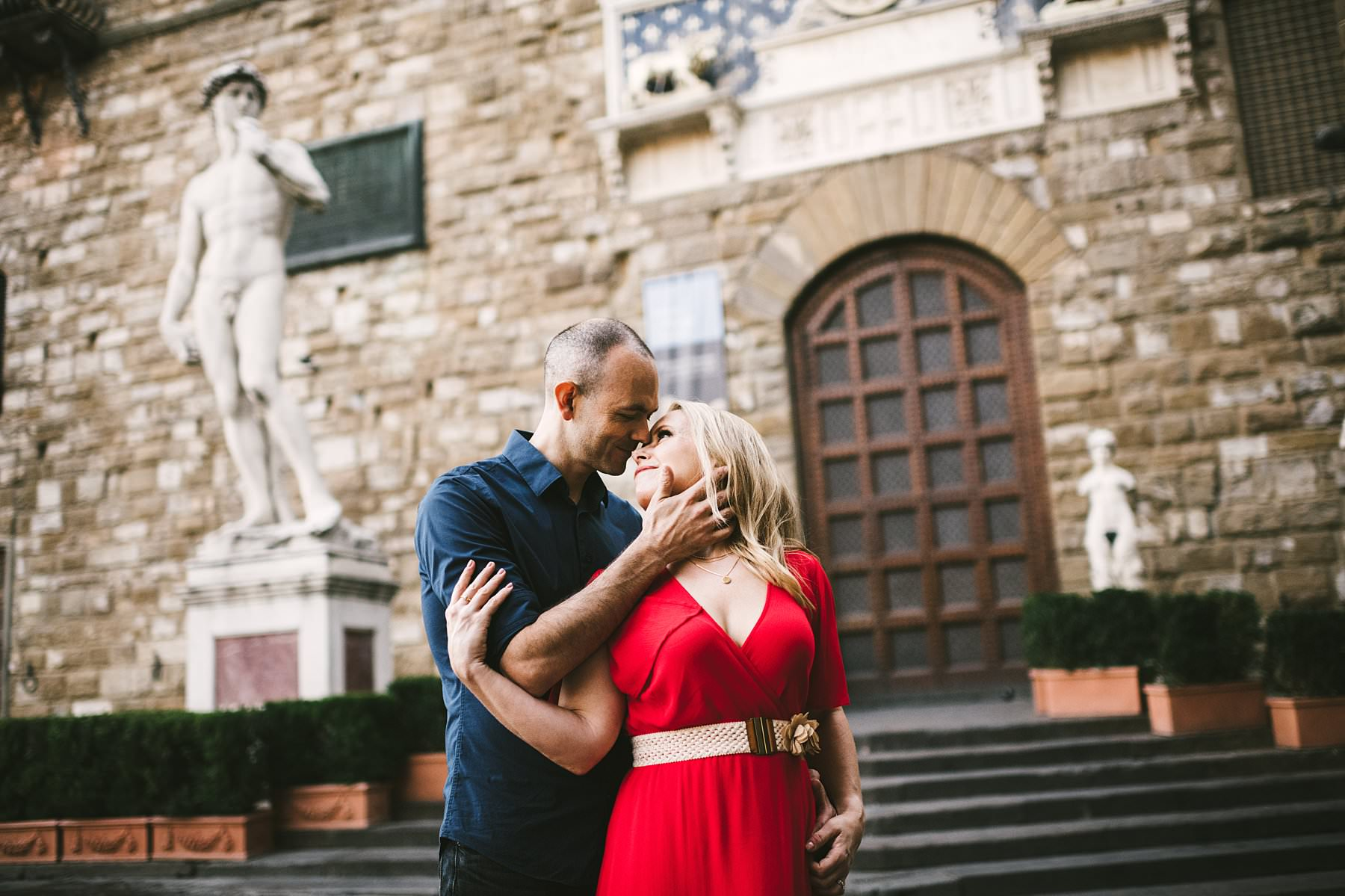 Anisa and Kevin's delightful anniversary photos. Lovely American couple sunrise photo shoot in Florence at Sunrise near Palazzo Vecchio