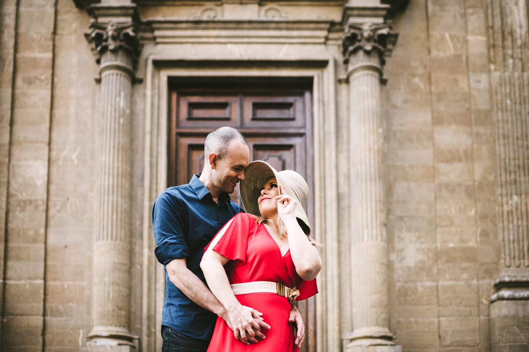Anniversary photos in Florence: soft as sunrise, red as passion. Creative and modern couple portrait in Florence at Sunrise near Palazzo Vecchio and Palazzo Gondi in the very heart of the city