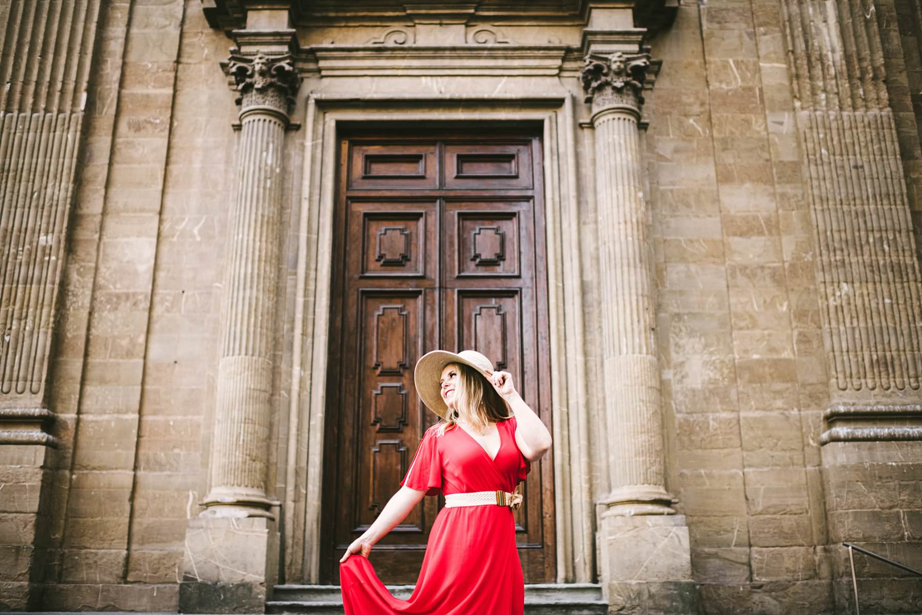 Anniversary photos in Florence: soft as sunrise, red as passion. Creative and modern portrait in Florence at Sunrise near Palazzo Vecchio and Palazzo Gondi in the very heart of the city