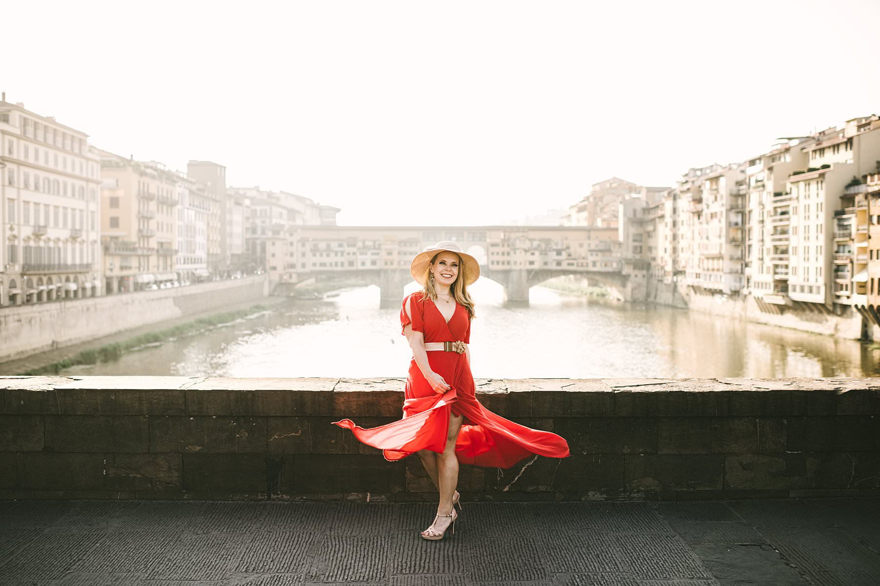 Anniversary photos in Florence, soft as sunrise, red as passion. A beautiful frame, a delicate light, a bright red dress, a milestone to celebrate: these were the ingredients of Anisa and Kevin's anniversary photos, taken in Florence at sunrise. We strolled the streets of the city, during a session that lasted almost three hours and touched all of the most iconic spots: from Piazza della Signoria to the Uffizi Gallery, from Palazzo Gondi to Piazza S. Firenze, from Ponte Vecchio to Piazzale Michelangelo. The latter is a truly enchanted place from which you can enjoy a breathtaking view of the city: the most wonderful photo setting anyone could ask for