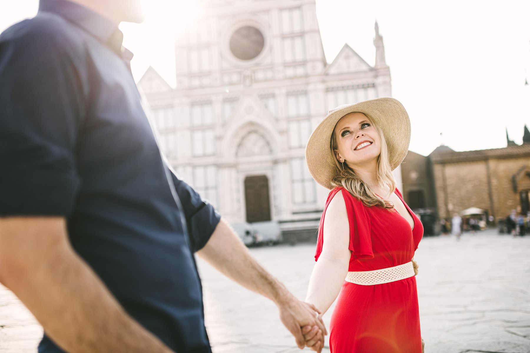 Anniversary photos in Florence: soft as sunrise, red as passion. A beautiful frame, a delicate light, a bright red dress, a milestone to celebrate: these were the ingredients of Anisa and Kevin's anniversary photos, taken in Florence at sunrise. Just like in a dream, they had the whole city to themselves and they could enjoy every little moment of the experience