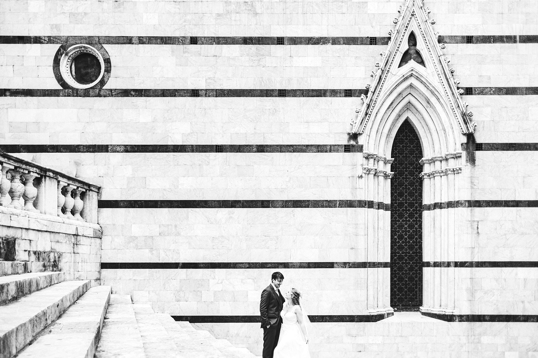 Getting married in Italy with a sweet elopement in the charming atmosphere of the Duomo in Siena
