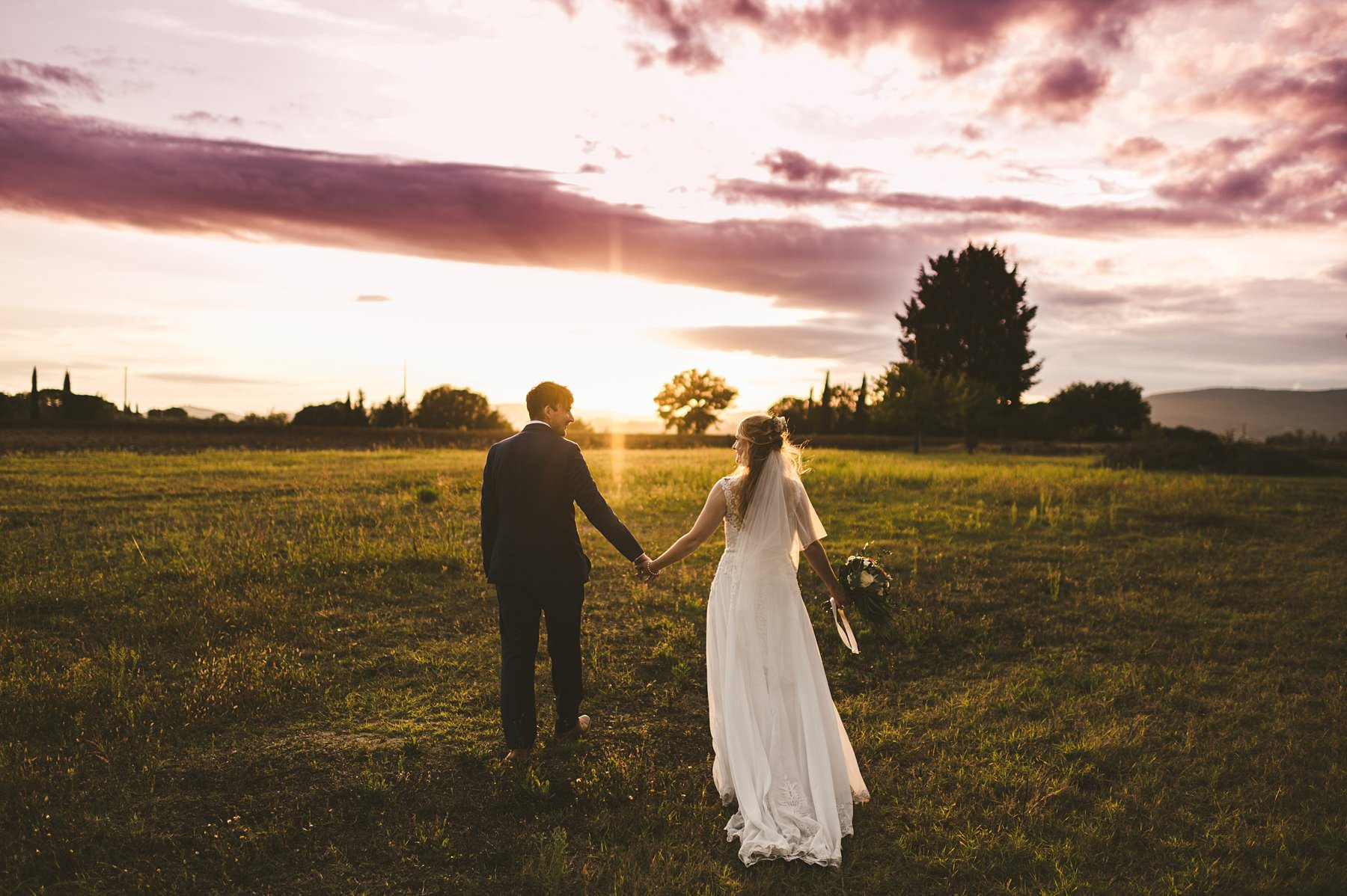 Lovely couple from UK decided to get married in Italy at Siena and spend portrait time in the countryside at the sunset
