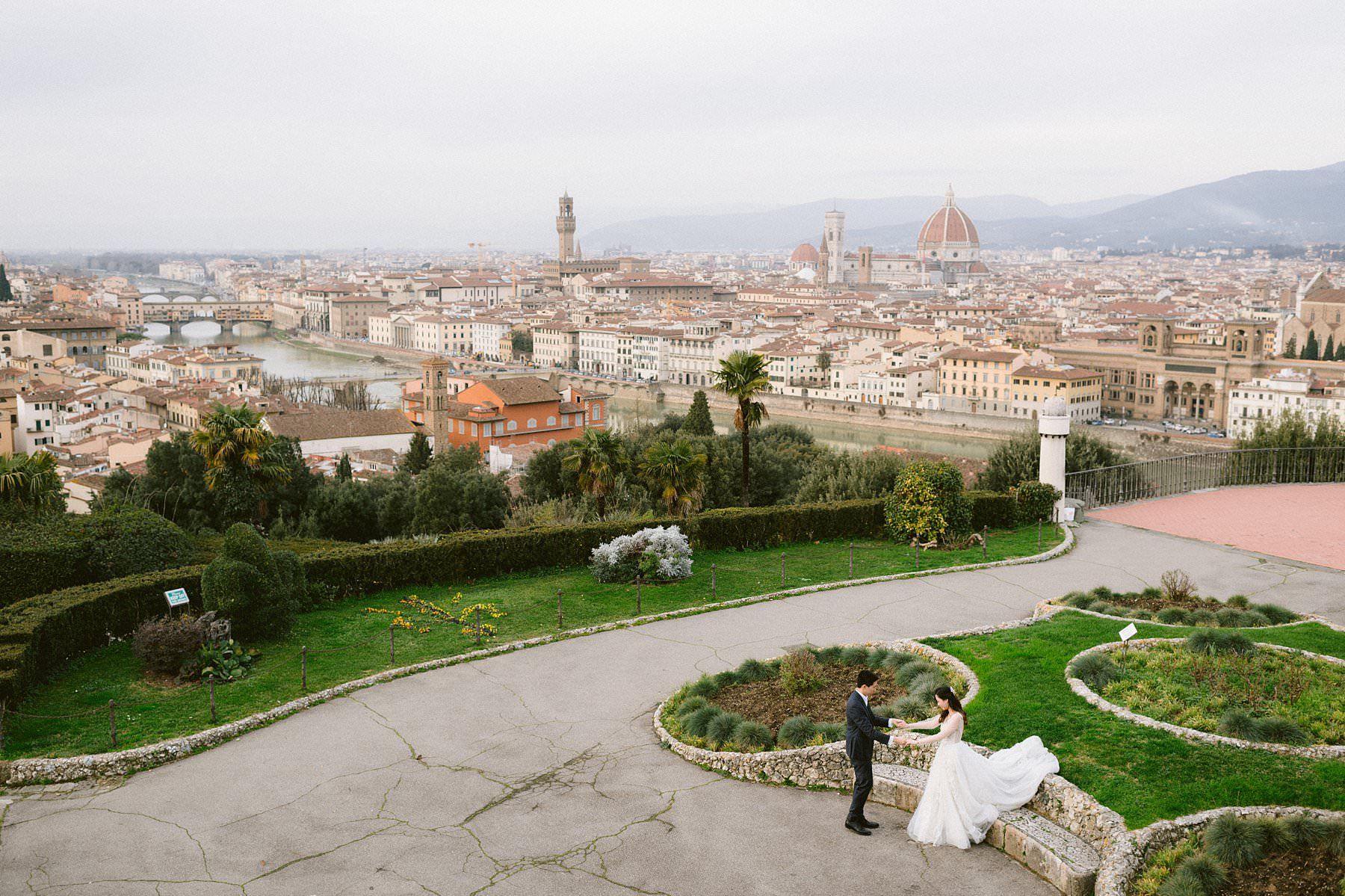 Taking dreamy couple photos in Florence during the pandemic, before or after your wedding? You can, it's actually the ideal time!