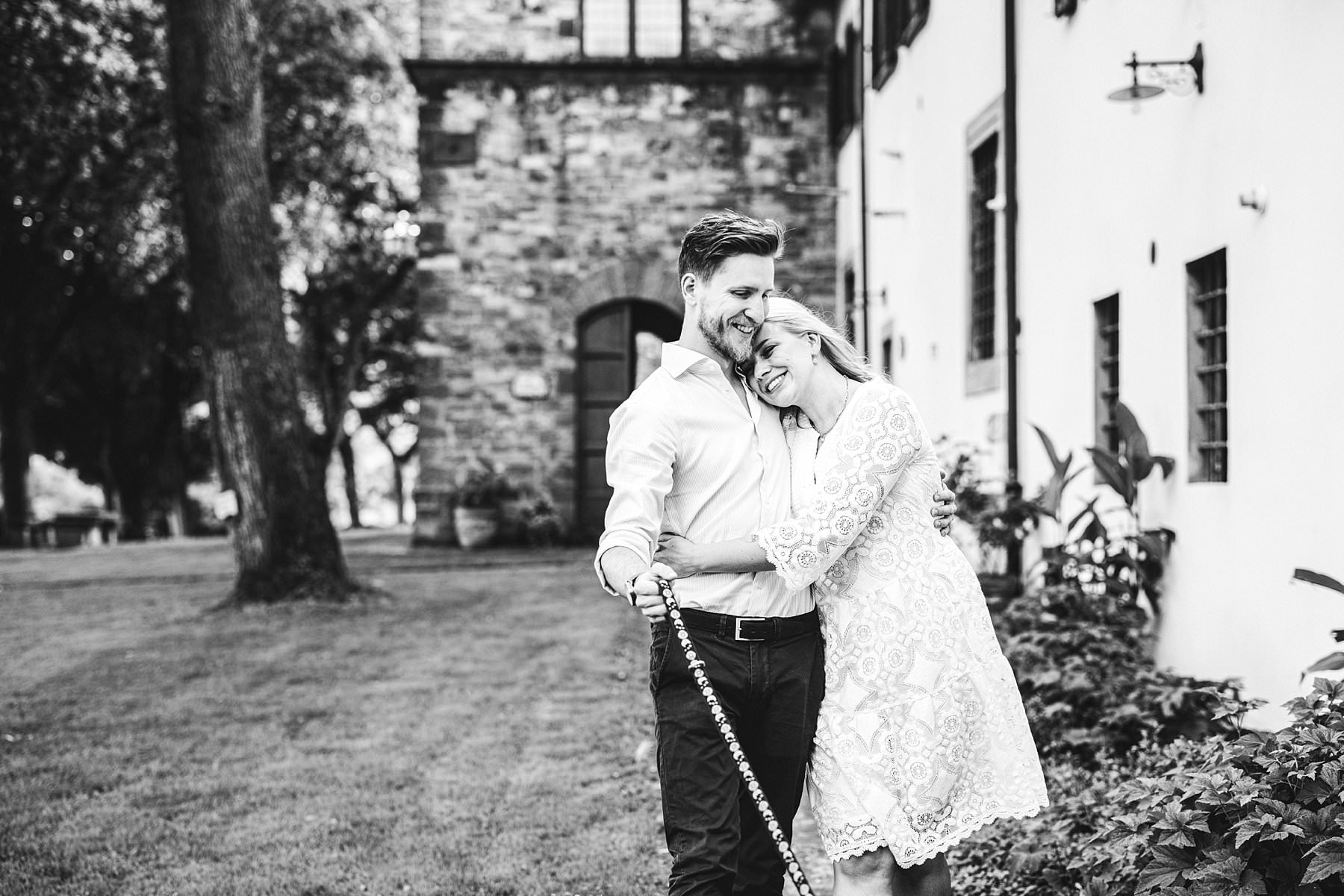 Natural and spontaneous couple portrait photo shoot at Poggio Tre Lune in the heart of Tuscany countryside near Florence.