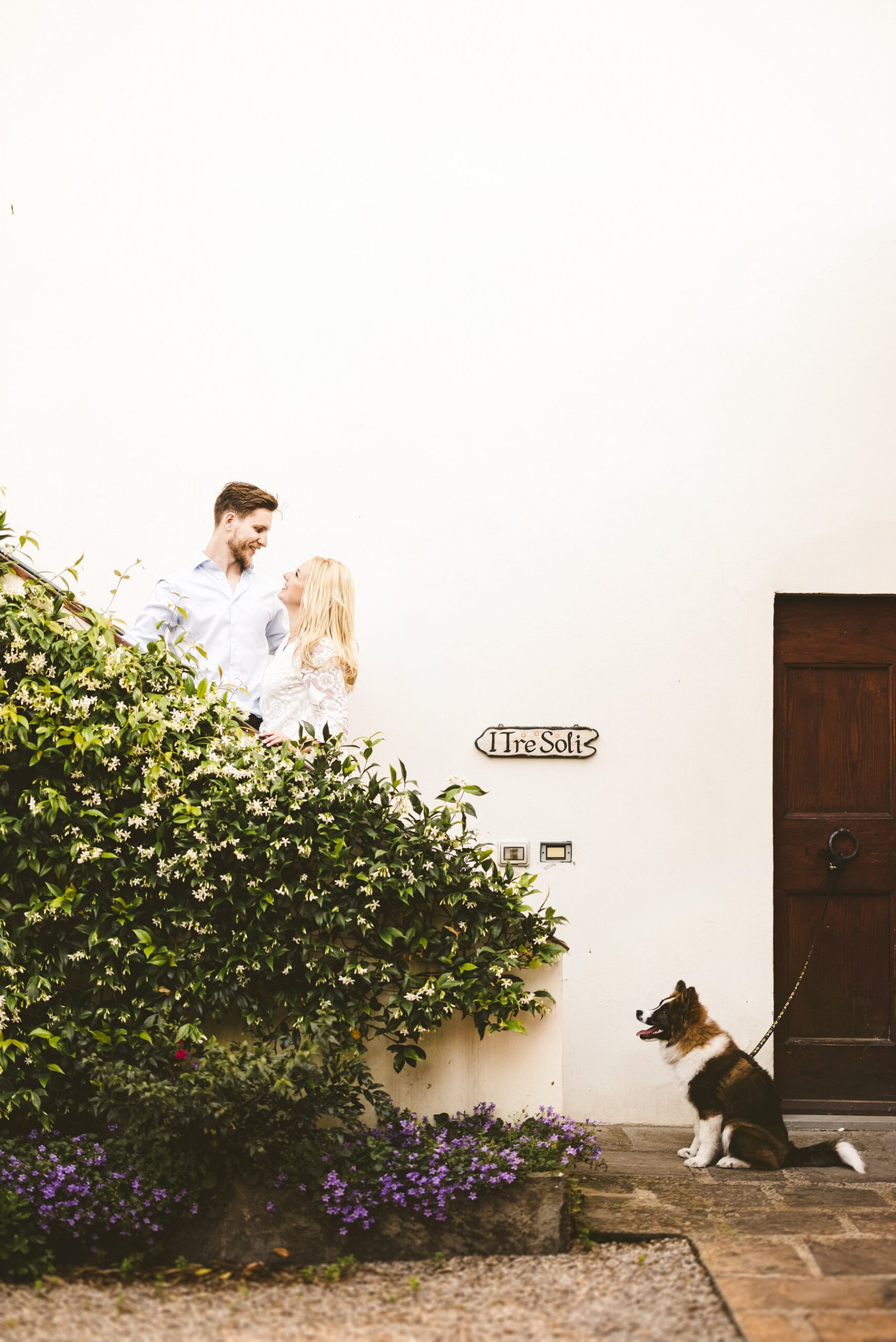 Couple portrait photo session with a lovely furry friend at Poggio Tre Lune in Tuscany countryside